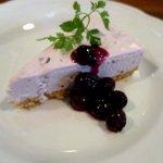 パインツリーカフェ - クリームチーズケーキ(ブルーベリーソース)!