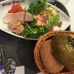 ケーニヒスクローネ - サラダとパン