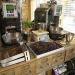 クローバー珈琲焙煎所 - 入口にある焙煎機