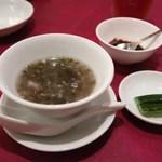 西麻布 真不同 - お任せ点心セットのスープと胡瓜の甘酢漬け。