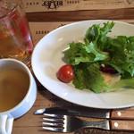 大衆ステーキとハンバーグ炭火焼専門店 ミンチェッタ - ランチタイムは、3点セット(スープ、サラダ、ドリンク)が嬉しいサービス。(通常¥250)