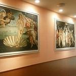 サイゼリヤ - 入り口横に有名な絵画が2枚。