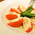 ナポリピッツァ エッセドゥエ - モッツァレラチーズとトマトのサラダ