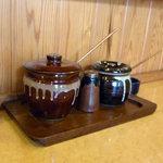 とんかつ割烹 陣屋 - ソース(大きい壺)と醤油(小さい壺)
