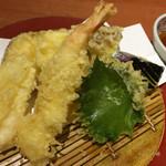 45253915 - 天ぷら盛り合わせ。実際は海老は3尾ですよ。