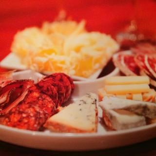 フランス産を中心とした30~40種類のチーズとこだわりワイン