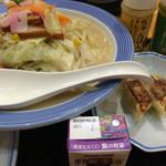 45259820 - 野菜たっぷりちゃんぽんの餃子セット。野菜の日ってのがあって、今日はその日。野菜ジュースがつくのかなあ?