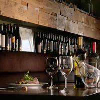 イタリア食堂GiGi - 木の温もりを感じる空間は居心地が良く、小物づかいも効いています。