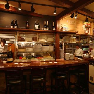 入口近くのカウンターはバル感覚で気軽に料理が楽しめる人気席