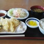 いただきさんの海鮮食堂 - 本日のチョイス<天ぷらの盛り合わせ・海鮮サラダ・ごはん小・味噌汁小>1220円也