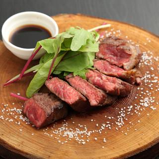 石窯で焼き上げるステーキも逸品