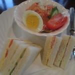 Raboru - ハーフサイズのサンドウィッチとゆで卵、サラダが付いてきます。