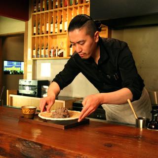 オープンキッチンで見て、食べて愉しむことができる