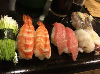 魚がし寿司 - 芽ネギ、蒸しエビ、中トロ、活タコ、サンマ