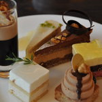 ザ・テラス - 一皿目 左前バナナとライチのムース 右リコッタチーズケーキ&ミルクチョコレートムース
