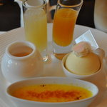 ザ・テラス - 三皿目手前レモン風味のクレームブリュレ 右レモンクリームとホワイトチョコレートのムース