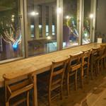 トリトンカフェ - 北野坂をゆったりと眺められるカウンター席です。