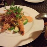グランジュテ - 才巻海老とアボカド、色とりどりの野菜のサラダ