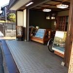 中嶋源九郎餅本舗 - オープンな店頭