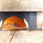 45324568 - 石釜でピザを焼いています