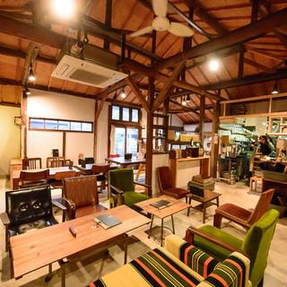 落ち着いた空間でランチ、カフェやディナーを。