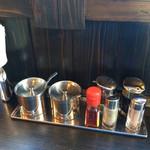 ラーメン 一遊 - 調味料シリーズ(銀色容器左はニンニク、右に辛味噌)