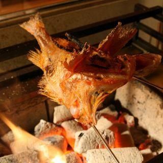 自慢の炭火焼とお刺身。旬食材の良さを和食職人の『てしごと』で