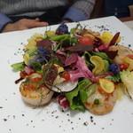ビストロ ダイア - 噴火湾のホタテをたっぷり使った美しくて美味しいサラダ。野菜もたっぷりなのが嬉しいです。