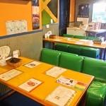 カレー魂 デストロイヤー - 店内(テーブル席)