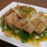餃子の花家 - 外はパリッと中はふっくらジューシーな油淋鶏は甘酢ソースで