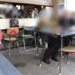 米田食堂 - 先輩たちが楽しんでる店内