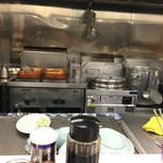 孫悟空 - 店内 餃子の湯気がしゅーしゅー上がっています