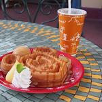 グレートアメリカン・ワッフルカンパニー - 季節のワッフル(アップル&キャラメルアイスクリーム)とアイスコーヒー