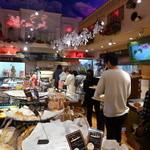 粉とクリーム 石窯夢工房 - おとぎの国の店内は、今日も大盛況。