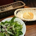 45371103 - サラダとパン