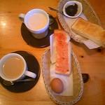 コメダ珈琲店 - 手前・モーニングセットA(イチクゴジャム・ゆで卵)・奥・C(バタートースト・餡子)。たっぷりカフェオーレ(手前)と、たっぷりミルクコーヒー(奥)。各500円