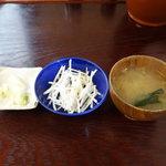 むらい - ロースかつ丼(ソースかつ丼)1400円の漬物とサラダ
