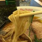 黄金の塩らぁ麺 ドゥエ イタリアン - 麺はやや太め