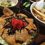 ろっぢ 焼鳥店 - 料理写真:ろっぢ の豚丼500円♪ ミニラーメン(正油) 200円付きで、700円とコスパ最高。お腹いっぱいいっぱい(≧∇≦)