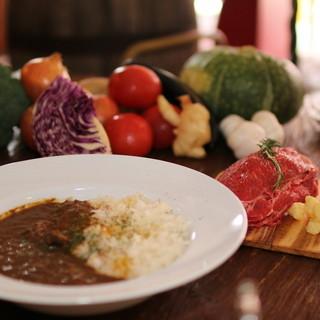 curry cafe SABURO - 料理写真:一皿に玉ねぎ1個分を使用し、数日煮込んで完成させます。玉ねぎの甘さをご堪能ください。「サブローカレー」580円