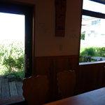 La毛利 ターブルペイザンヌ - 窓の外に広がる自家菜園。外に出て見に行くこともできます♪