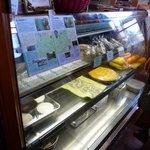 La毛利 ターブルペイザンヌ - ショーケースの中には焼き菓子やプリンなどなど☆