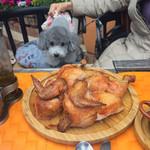 45387630 - ビア缶チキンはカリッと焼けていてお肉はやわらかく、とてもおいしい!犬まっしぐらで、止めるのが大変でした(笑)