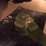 45392717 - これが「旬を彩る果実寄せ」?果実ゼロ、味も素っ気もない謎の立方体