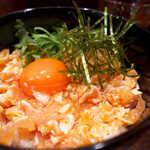 毘央志 - 濃いオレンジ色の卵黄。ささみは、しっかり濃いめに味付けされている