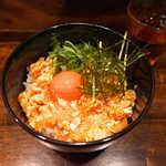 毘央志 - ピリ辛鶏ユッケ丼ランチ(¥900)。ごま油の香り、もっちりとろける大山鶏ささみ