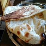 インド料理 ダルバール - 2枚目。焼き立てでクリスピーな所も美味しい。