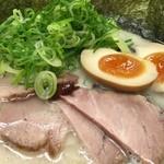 博多豚骨ラーメン 替玉食堂 - 博多デラックスラーメン