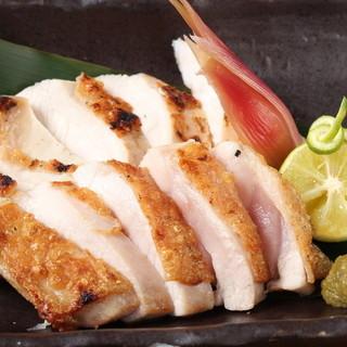 大山鶏を炭火で丁寧に焼きあげてます。