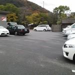 讃岐うどん 上原屋 本店 - 店前の駐車場20台くらい(あっという間に満車状態)